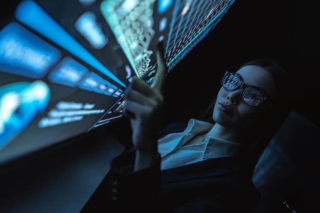 비즈니스 우먼은 센서 화면의 그래픽으로 작업합니다.
