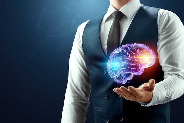 사업가 손바닥에 뇌 홀로그램이 있습니다.