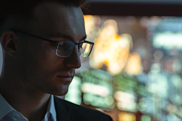 Портрет бизнесмена на фоне экрана