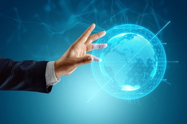 사업가의 손이 fo에 도달합니다. 지구 홀로그램. 세계화