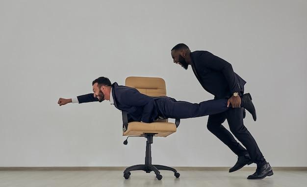 椅子で遊ぶビジネスマン