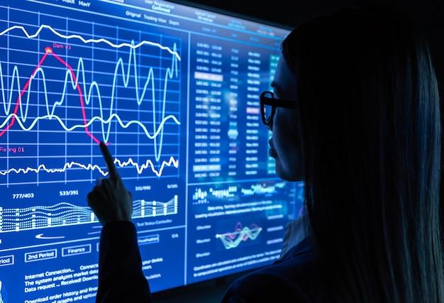 여성 사업가는 파란색 센서 화면으로 작업합니다.