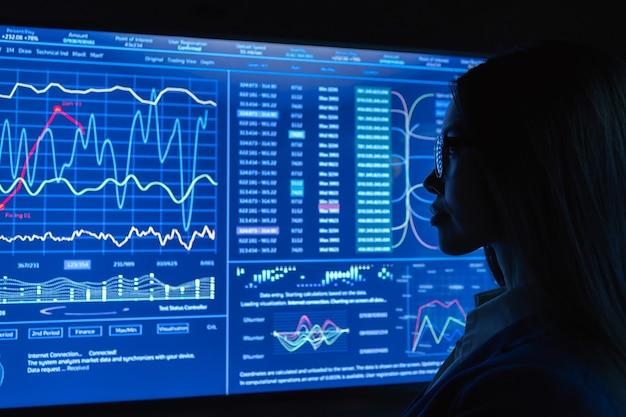Деловая женщина работает с синим экраном
