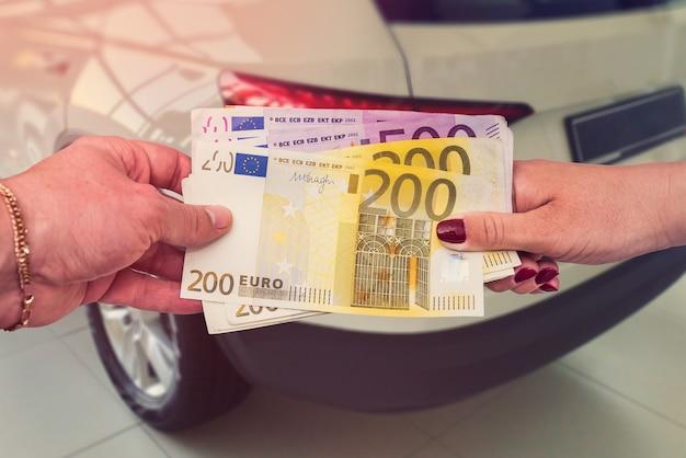 구매자는 판매자에게 자동차를 사거나리스하는 계약을 체결 할 수 있도록 유로를 제공합니다.
