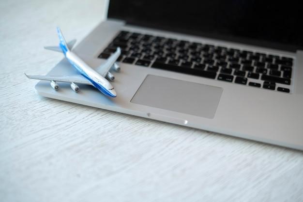 オンラインで飛行機のpaasengerチケットを購入して休暇に行く