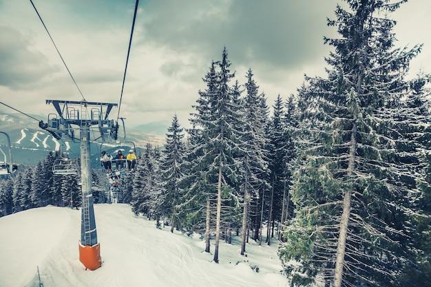 우크라이나의 눈 덮인 카르파티아 산맥의 중심부인 부코벨의 스키 리조트로 이어지는 스키 리프트의 캐빈. 놀라운 겨울 풍경입니다. 멋진 파노라마 전망.