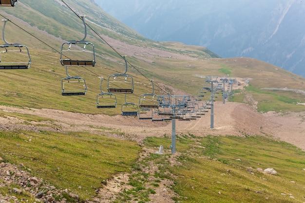 メデオへのケーブルウェイ。シムブラクのカザフスタンのメデオへの山々の間のケーブルウェイ。