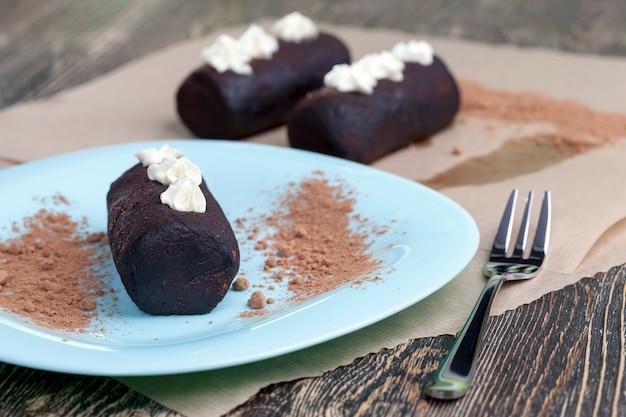 ケーキはバター、砂糖、スポンジケーキ、その他の材料でできており、ベラルーシとロシアの伝統的な非常に甘いケーキポテト、クローズアップ