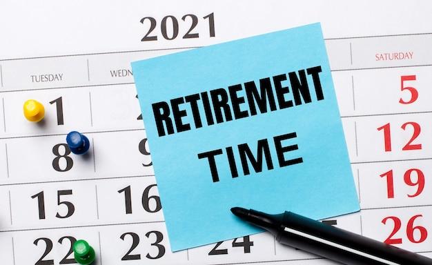 달력에는 retirement time 텍스트와 검은 색 마커가있는 파란색 스티커가 있습니다.