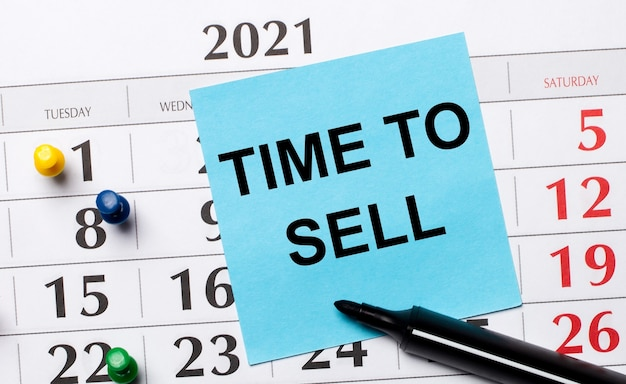 カレンダーには、「販売する時間」というテキストが付いた青いステッカーと黒いマーカーがあります
