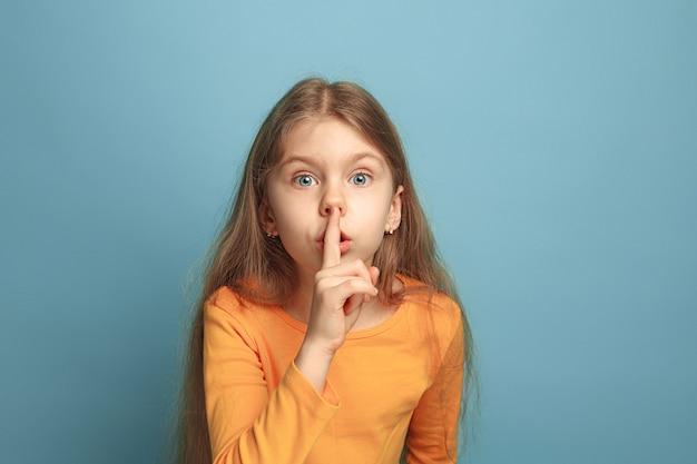 沈黙の呼びかけ。青の十代の少女。顔の表情と人の感情の概念