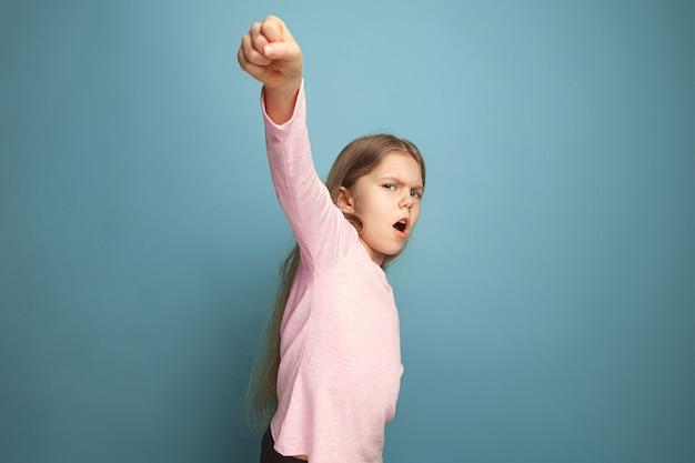 闘争の呼びかけ。青の十代の少女。顔の表情と人の感情の概念