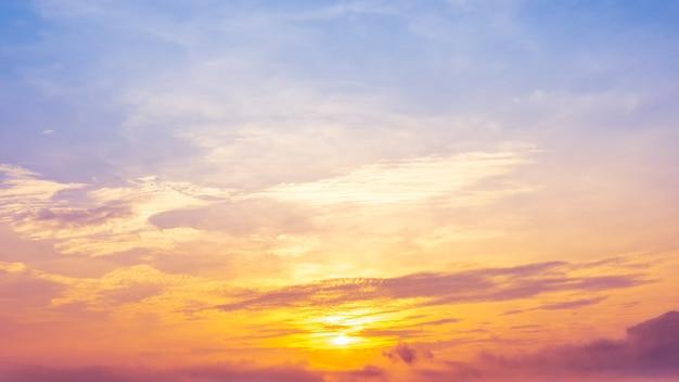 Спокойный утренний рассвет и пасмурное пастельное небо