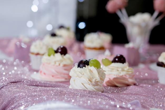 Моноблок с большим выбором десертов.