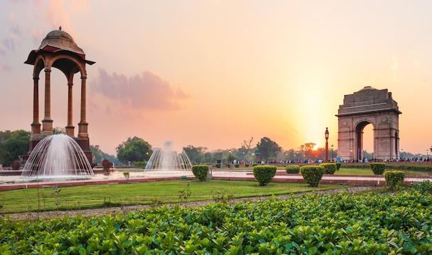 ニューデリーの日没時のキャノピーとインド門、国立戦争記念碑からの眺め。 Premium写真