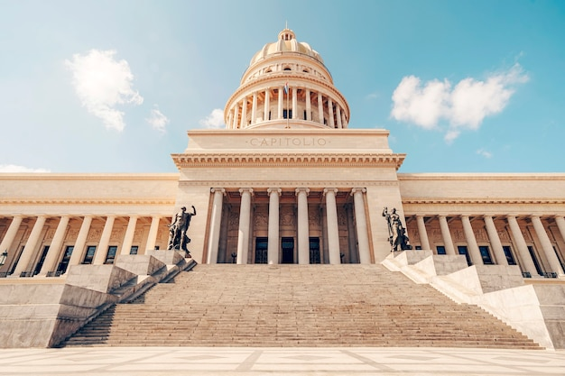 밝은 날에 하바나 시내의 국회 의사당. 하바나에 있는 쿠바 국회 의사당 건물은 미국 워싱턴에 있는 국회 의사당의 복제품입니다.