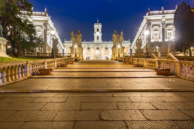Capitoline hill cordonata, via del teatro di marcello에서 piazza del campidoglio까지 이어지는 카스토르와 폴룩스의 대리석 표현이 있는 기념비적인 넓은 경사로 계단입니다.