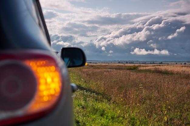 車がクローズアップ。アルタイの風景。車で旅行する