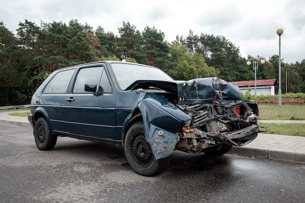 Автомобиль припаркован после аварии, сломан капот, последствия невнимательности на дорогах.
