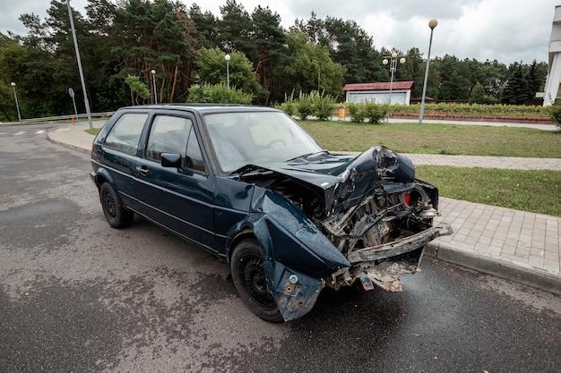 사고 후 차는 주차되어 있고 후드가 파손되어 도로에서 부주의한 결과를 초래합니다.