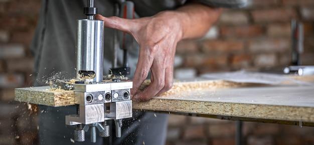 Плотник работает как профессиональный инструмент для сверления дерева.
