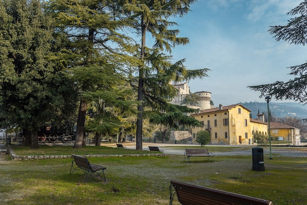 明るい青空を背景に晴れた晴れた日にブレシアの街の城