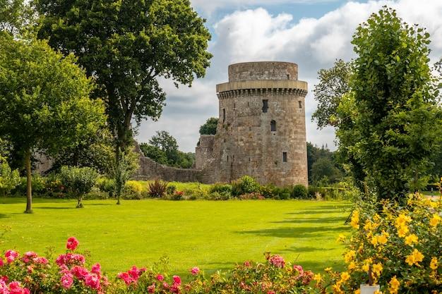 Замок hunaudaye - средневековая крепость французской бретани. исторический памятник франции
