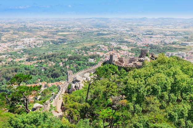 ムーアの城は、ポルトガルのシントラにある丘の上の中世の城です。