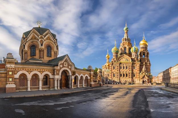 Храм спаса-на-крови в утреннем солнечном свете и музей в санкт-петербурге