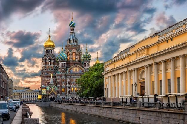 Храм спаса-на-крови в окружении облаков в санкт-петербурге