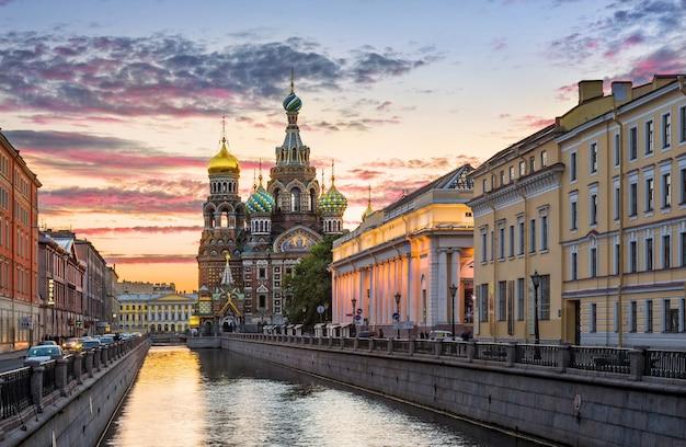 Храм спаса-на-крови под красочным утренним небом в санкт-петербурге