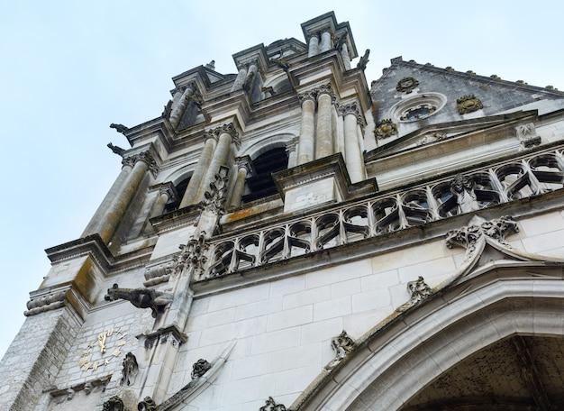 フランス、ブロワの聖ルイ大聖堂。ファサードと鐘楼は1544年に建てられました。