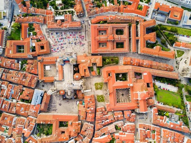 Панорамный вид с воздуха на собор сантьяго-де-компостела в галисии, испания