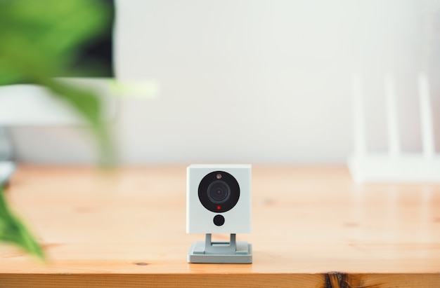 自宅の木製テーブルにあるcctvセキュリティカメラ、ipカメラ
