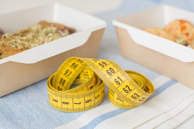 크래프트 상자에서 채식 음식 전에 센티미터 테이프