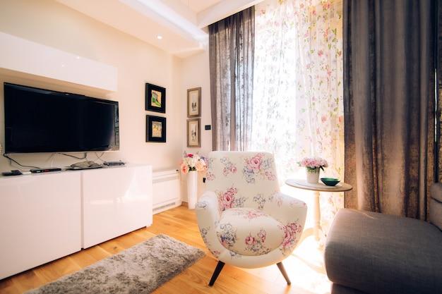 Стул в квартире. дизайн интерьера квартиры.