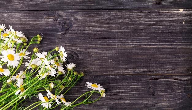 古い木製のカモミールの花