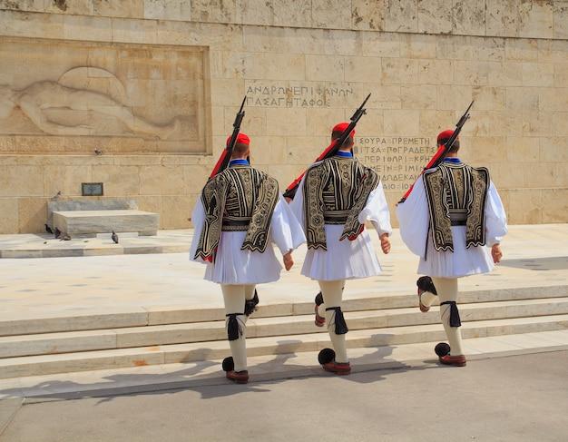 Церемония смены караула проходит перед зданием парламента греции. афины