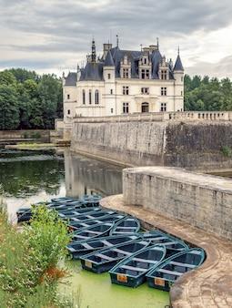 フランスのロワール渓谷にあるシェール川に架かるシュノンソー城の中世の城