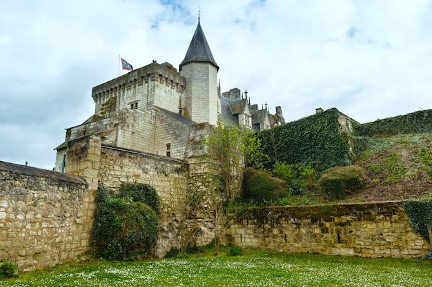 Замок монсоро на берегу луары, франция