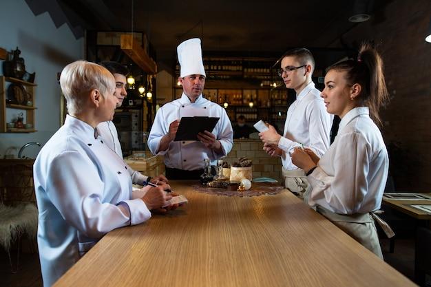 요리사가 식당 직원에 대한 브리핑을 실시합니다.