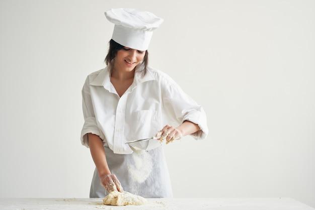 シェフがキッチンで生地調理用小麦粉製品を転がします