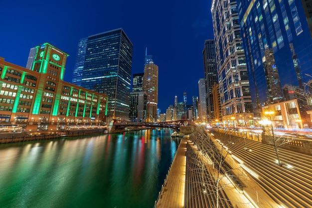シカゴリバーウォーク都市景観川側、アメリカのダウンタウンのスカイライン、建築と観光コンセプトの建物