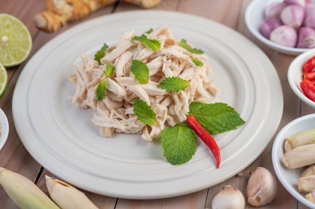 縁取られた鶏肉は調理され、ミントの葉とともに白い皿に置かれます。