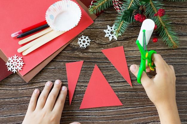 子供は細部を切り取りますクリスマスサンタスティック人形子供のための手作りの工芸品