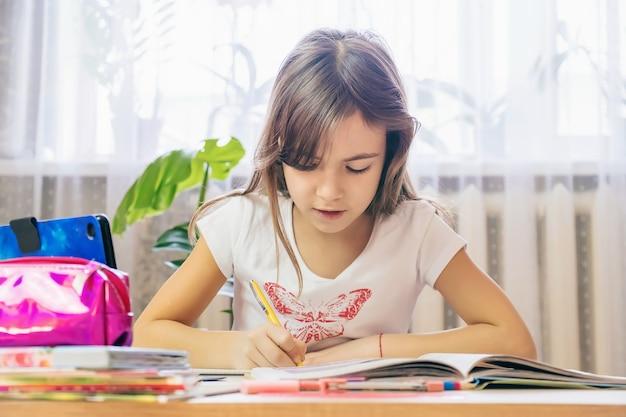 아이는 숙제를합니다. 선택적 초점. 사람들.