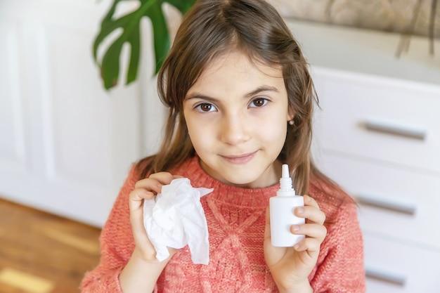 아이는 감기에서 코로 떨어집니다. 선택적 초점. 사람들.