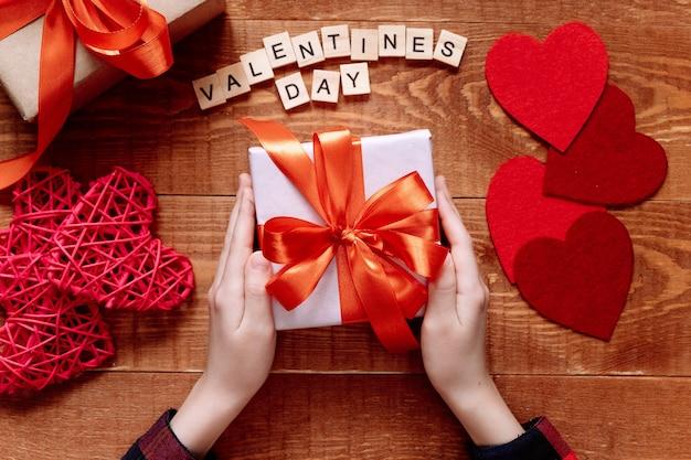 子供は母の日またはバレンタインデーの贈り物をします。子供たちの創造性、手工芸品、子供のための工芸品のプロジェクト。