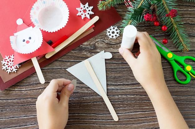 Ребёнок склеивает детали новогодние олени куклы поделки для детей