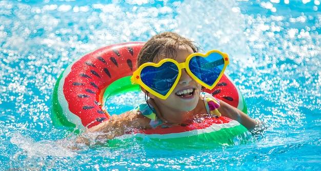 プールの子供は輪になって泳ぎます。セレクティブフォーカス。